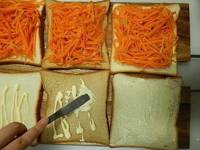 バターを塗ったパンにのせて、もう片方にはマヨネーズを塗る