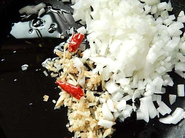 みじん切りの玉ねぎ、生姜と唐辛子を入れて炒める