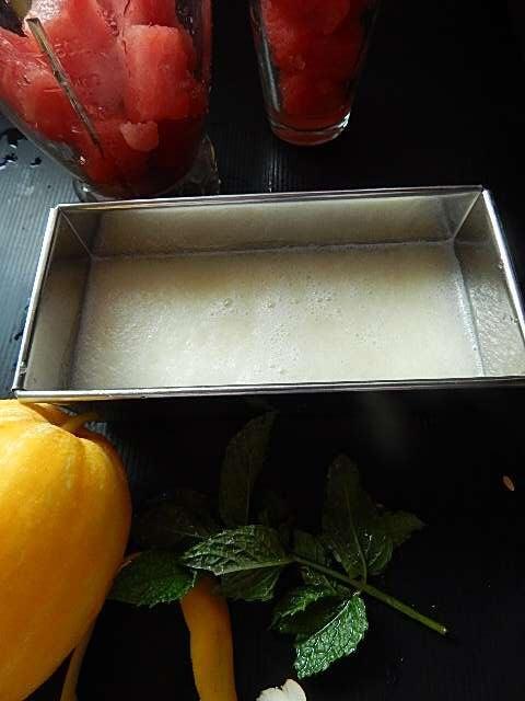 スイカとマクワウリのジュースを容器に入れる