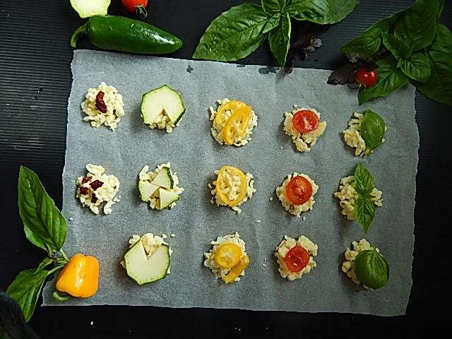 レンジでチンする前の野菜チーズセンベイ