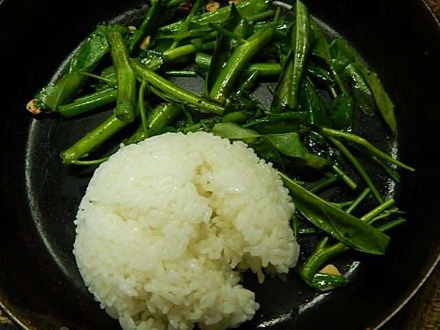 空芯菜がしんなりし過ぎないうちに、ご飯を加える
