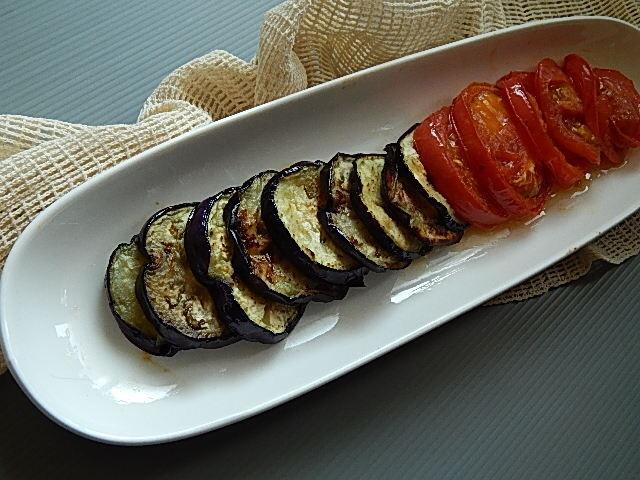 ナスとトマトをフライパンで焼く