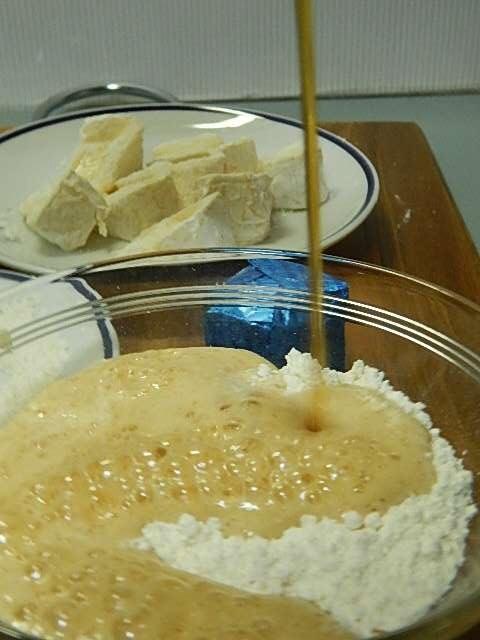 小麦粉に高い位置からビールを注ぐ