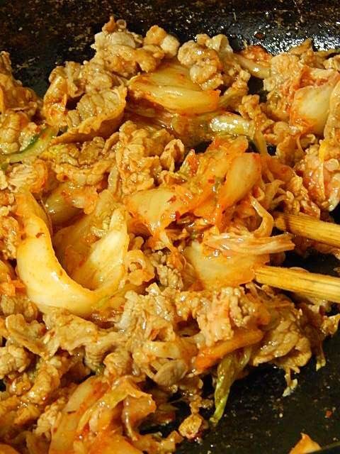 味付けした肉を炒め、キムチを加えさらに炒める
