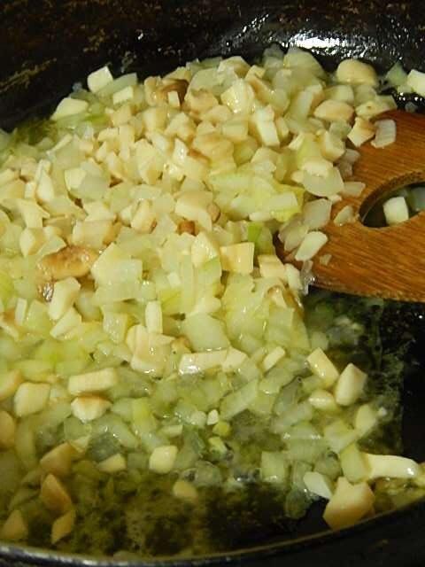 みじん切りのニンニクを炒め、みじん切りのタマネギを加え炒める