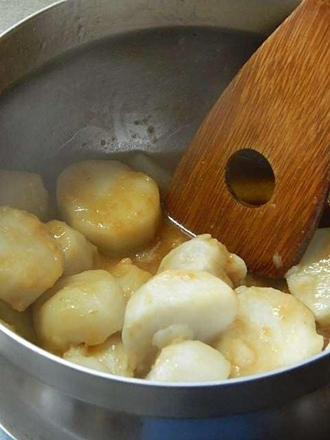 茹でた里芋にタレをからめる