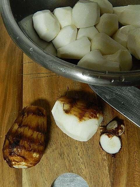 里芋の皮をむく