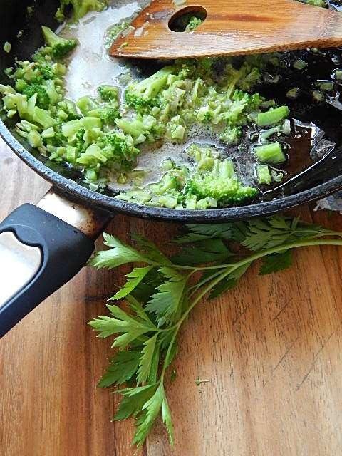 茹でたブロッコリーを加え、軽く潰しアンチョビペーストを加える