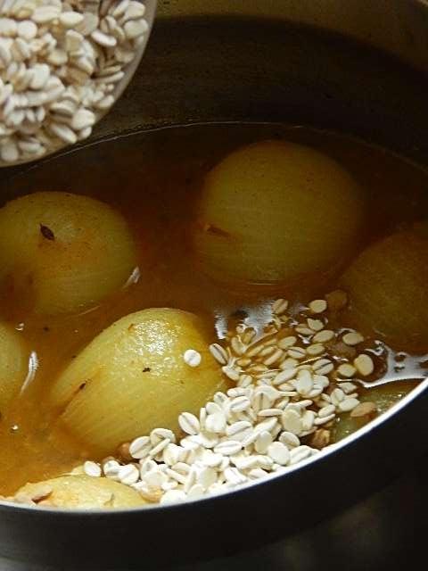 押し麦とレンズ豆を加える