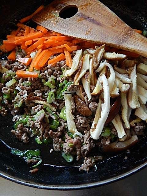 ひき肉、ねぎ、ニンジン、椎茸を炒める
