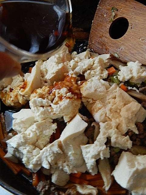 水を切った豆腐を入れ、味をつける