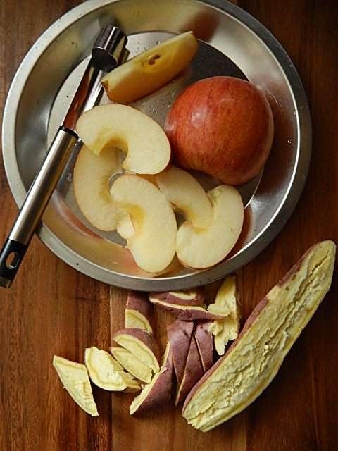 リンゴをくし形に切る