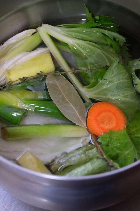 野菜クズを煮出す