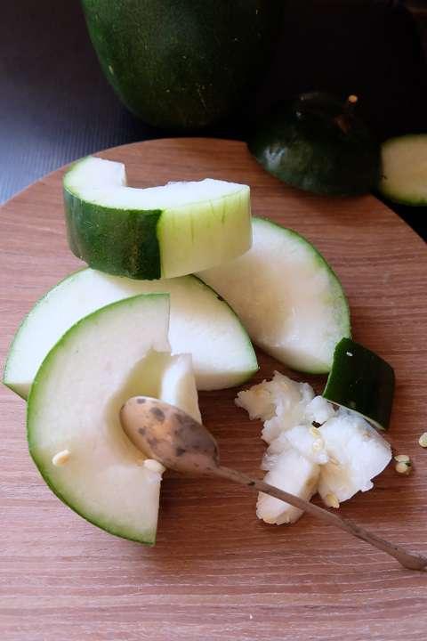 冬瓜を適当な大きさに切る