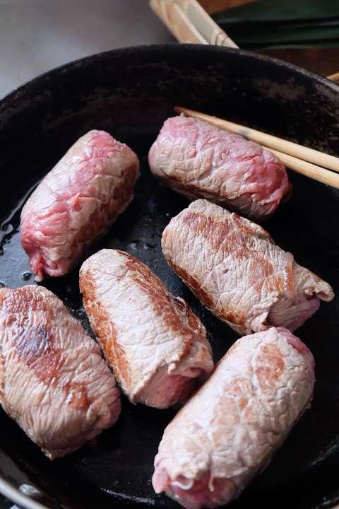 肉を巻いたおにぎりの表面を焼く