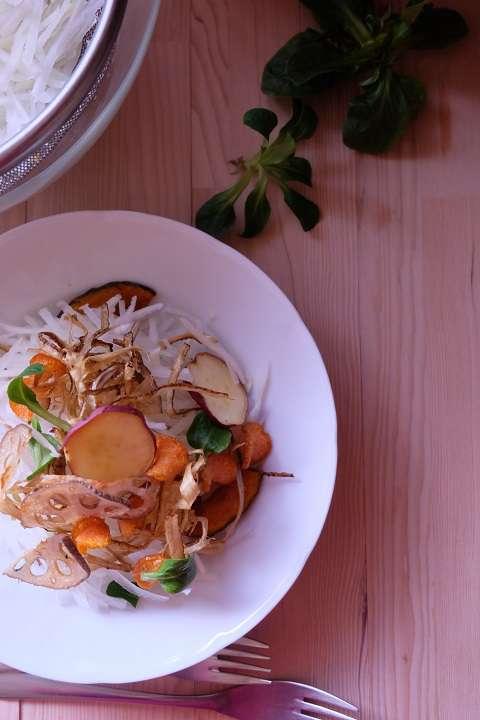 千切りダイコンと野菜チップスのサラダ