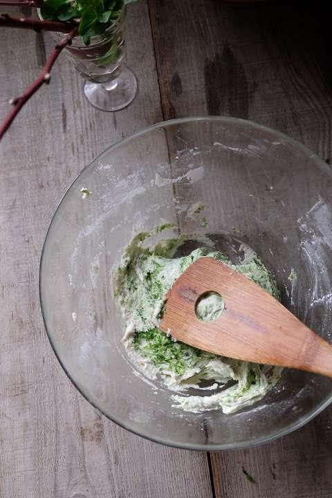ヨモギと上新粉を混ぜる
