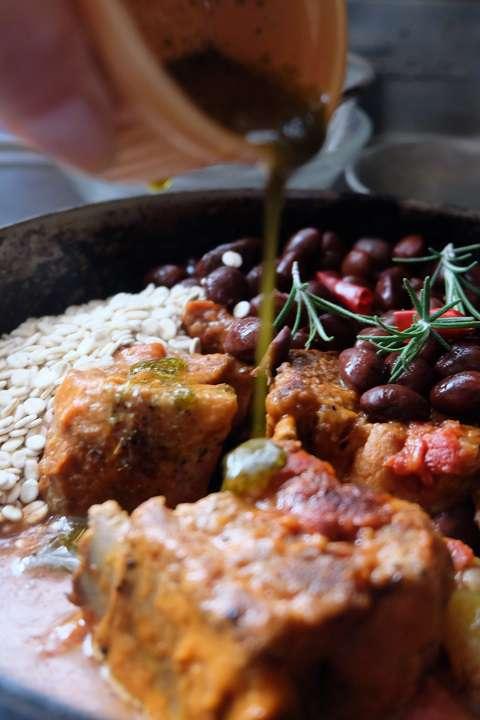 うずら豆と押し麦を加えて弱火でさらに煮込む