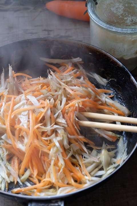 にんじんとごぼうを炒める
