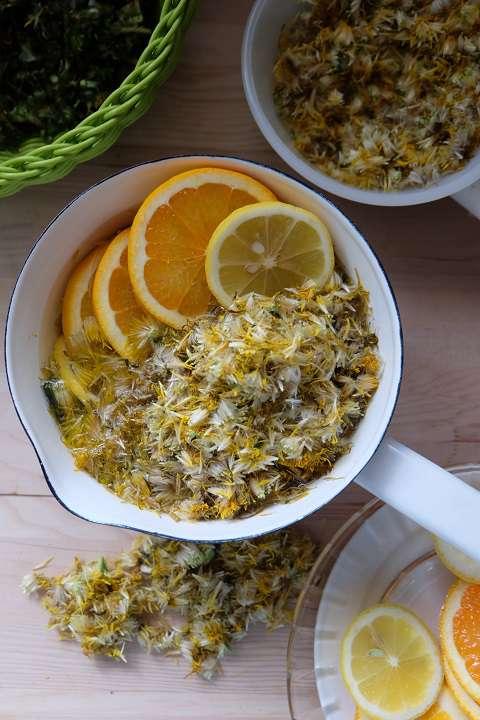 タンポポの花びら、輪切りしたオレンジとレモンを煮る