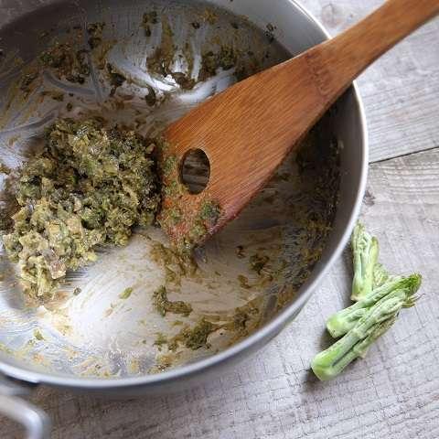 タラの芽と調味料を加え、弱火で炒める