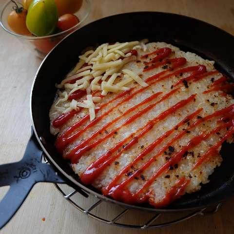 塩を振り、ケチャップとチーズをのせる