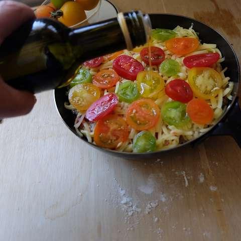トマトをのせてオリーブオイルをかける