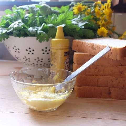 バターとマスタードを混ぜておく