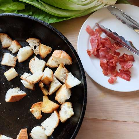 ベーコンを取り出したフライパンでパンを焼く