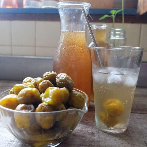 梅シロップと炭酸水を1:4の割合で混ぜる
