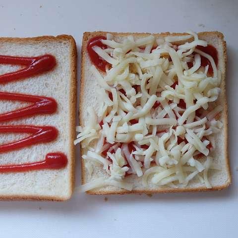 パンの耳にトマトケチャップとチーズをのせる