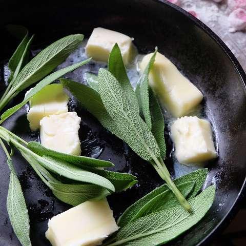 溶かしたバターにセージの香りを移