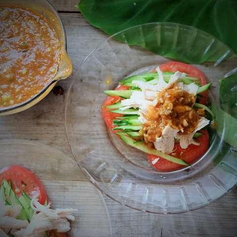 裂いた茹で鶏をのせ、タレをかける