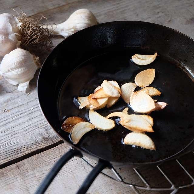 スライスしたニンニクを揚げ焼きしている写真