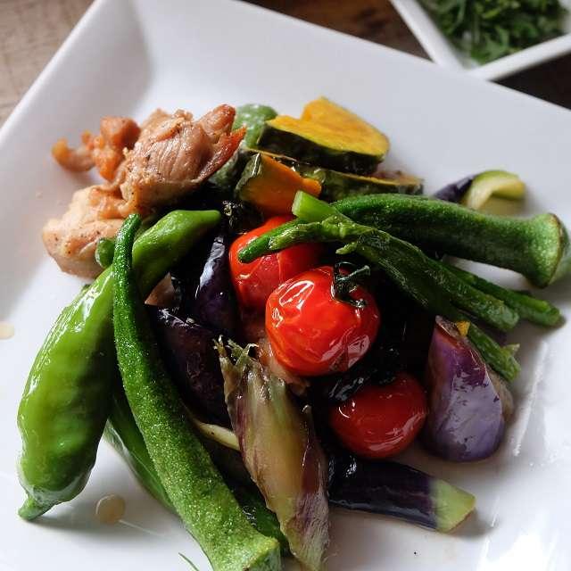 夏野菜と鶏肉の揚げ浸しの写真