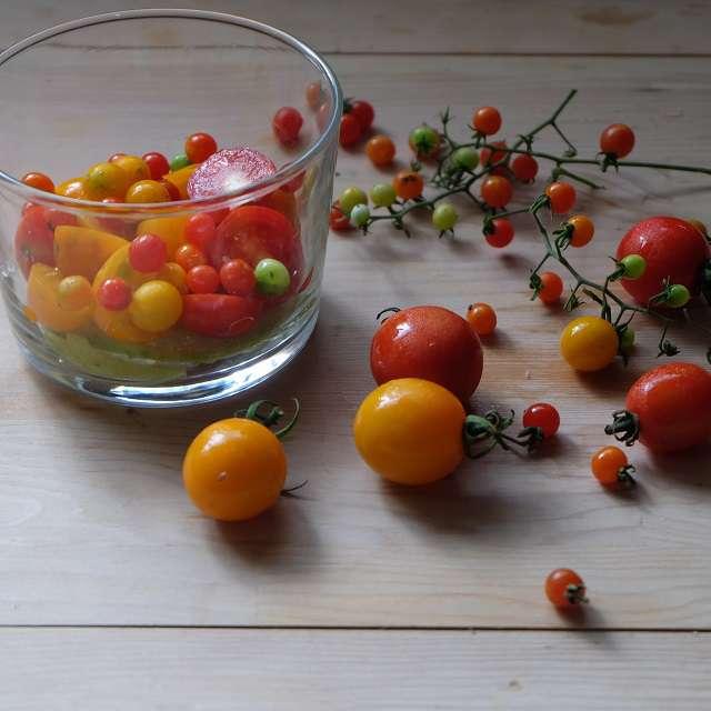 ミニトマトとマイクロトマトをシロップに漬けているところ