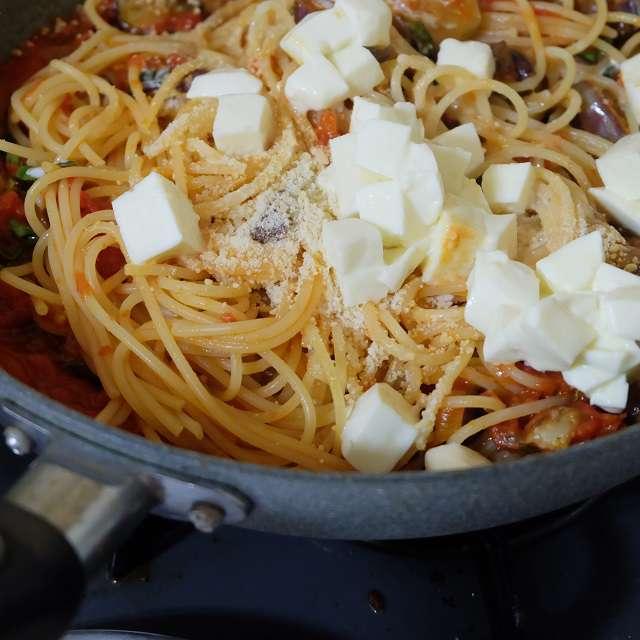 モッツァレラチーズとパルミジャーノチーズを加え混ぜ合わせているところ