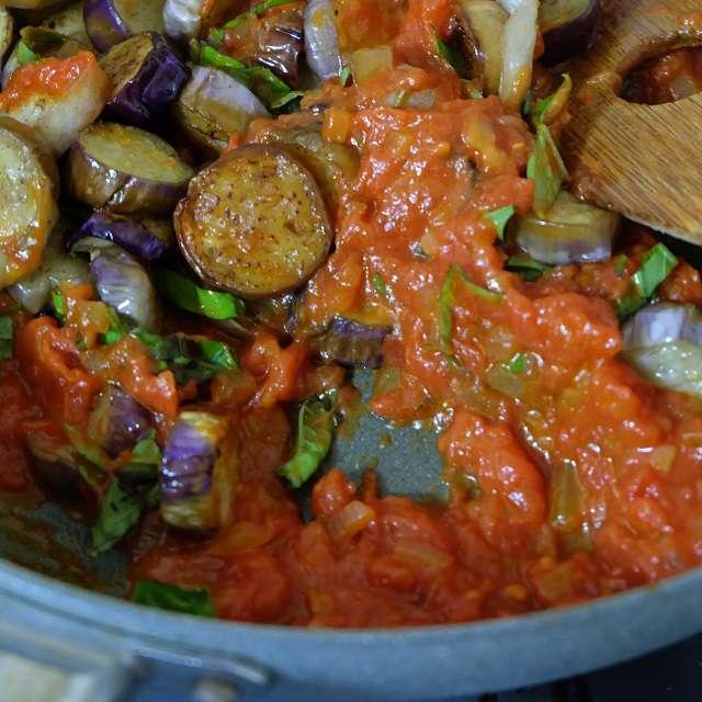 トマトソースにナスとバジルを加えて煮込んでいるところ