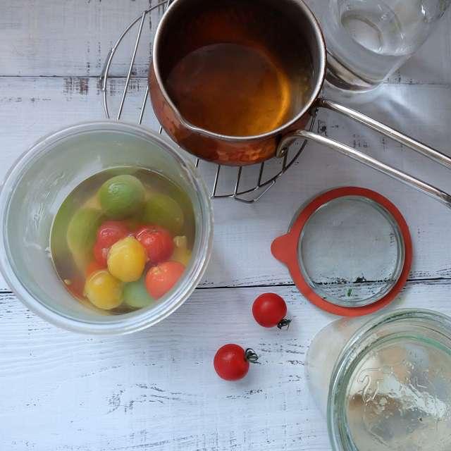 作った液を茹でたミニトマトに注ぐところ