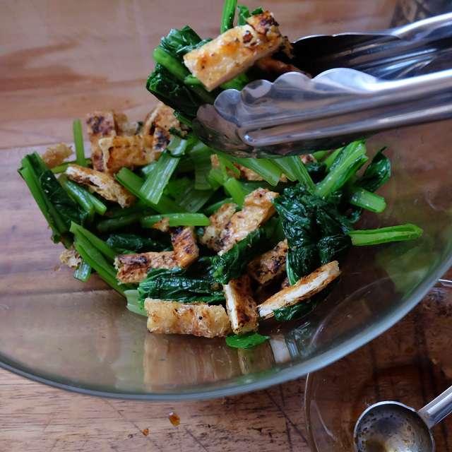 切った小松菜と油揚げを柚子こしょうを溶いた醤油で和えてるところ