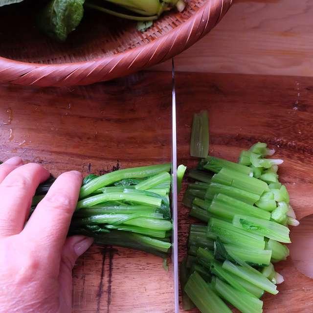 小松菜を3.5㎝長さに切ってるところ