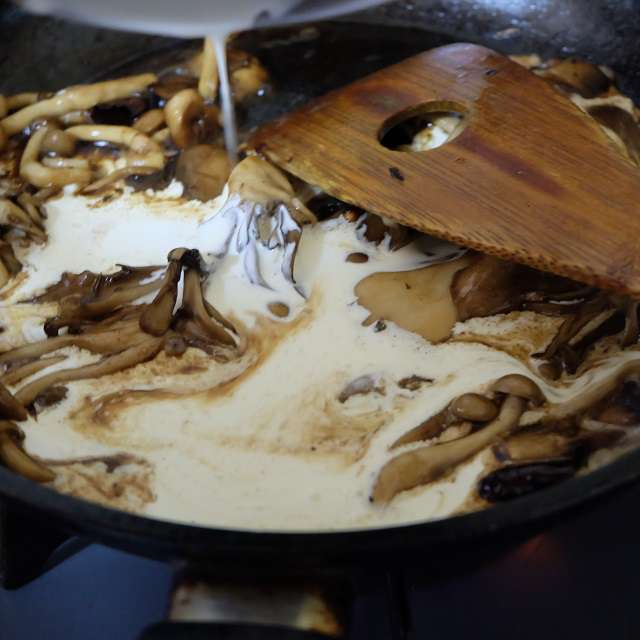 パスタの茹で汁、醤油、生クリームの順に加え混ぜ合わせ軽く煮詰めているところ