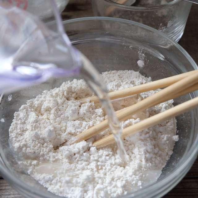 薄力粉とベーキングパウダーを混ぜ合わせ、氷水を加え混ぜてるところ