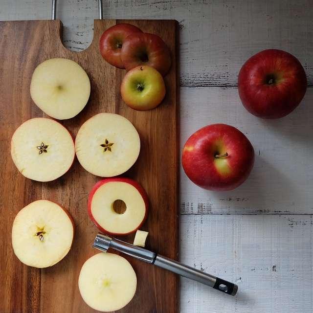 リンゴを芯抜きやスプーンなどでくり抜いてるところ