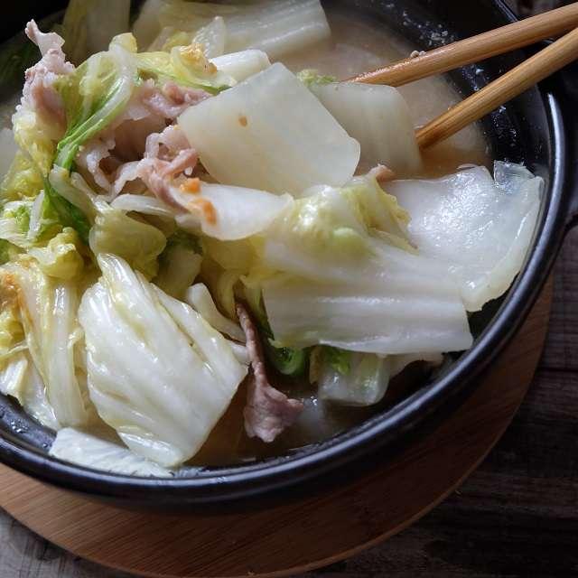 白菜の上下をひっくり返し、味噌が全体に行き渡るように溶いているところ