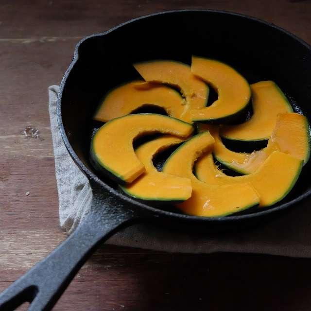 切ったかぼちゃを並べているところ