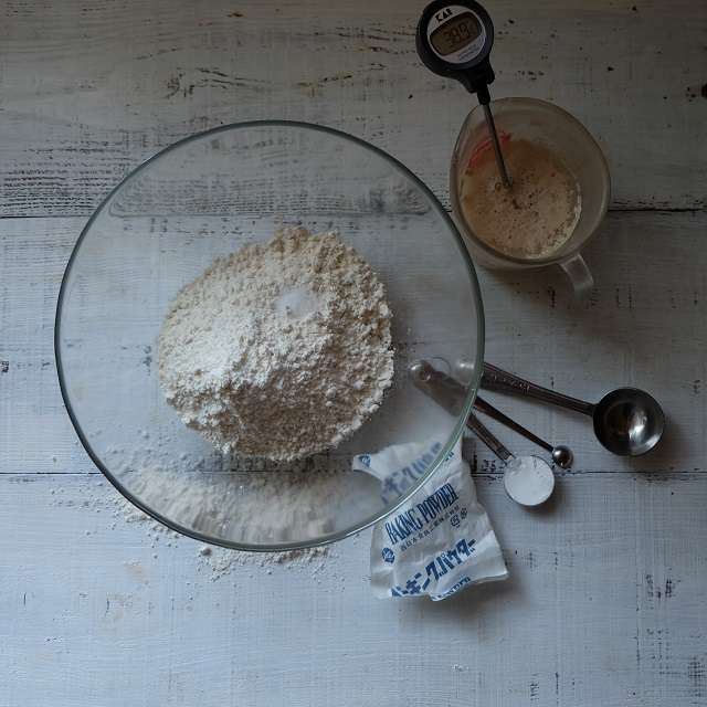 40℃の湯を入れ、ドライイースト、砂糖を加え混ぜる