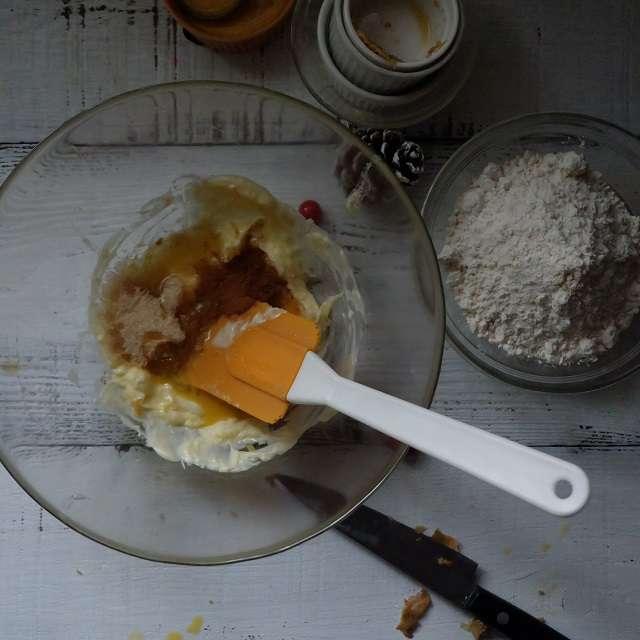バター、きび砂糖、蜂蜜を練り混ぜる