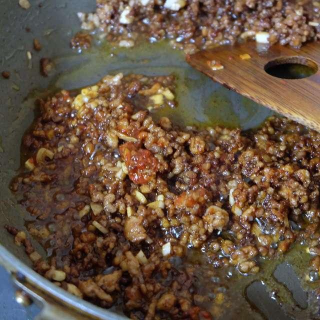 ひき肉に生姜、ニンニク、豆板醤を加えてさらに炒めたところ