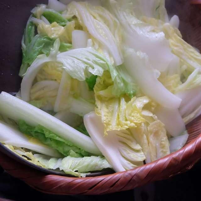 白菜をさっと茹で上げたところ